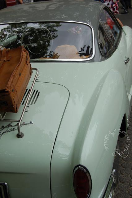 Mintgrün mit Koffer auf dem Gepäckträger
