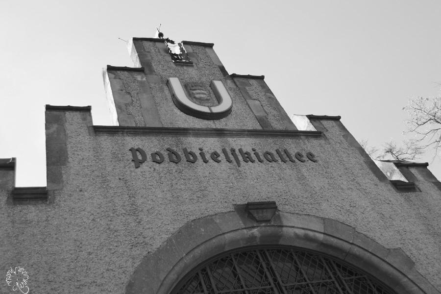Schwarzweißblick auf Berliner U-Bahnhöfe
