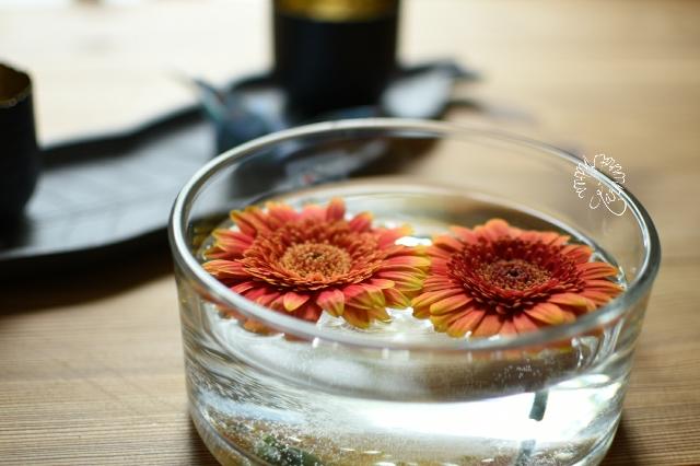 Es ist Freitag und ich habe Blumen auf dem Tisch