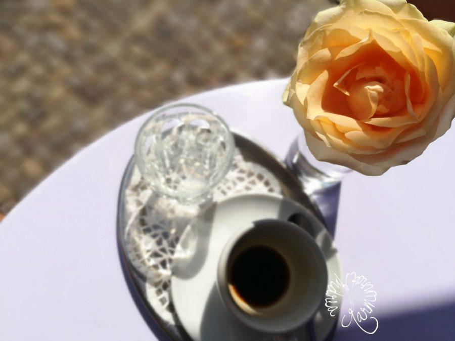 Rose neben einer Tasse Espresso