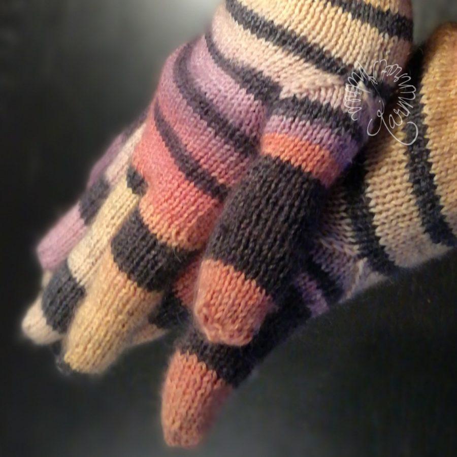 Ich habe mir Regenbogen-Handschuhe gestrickt