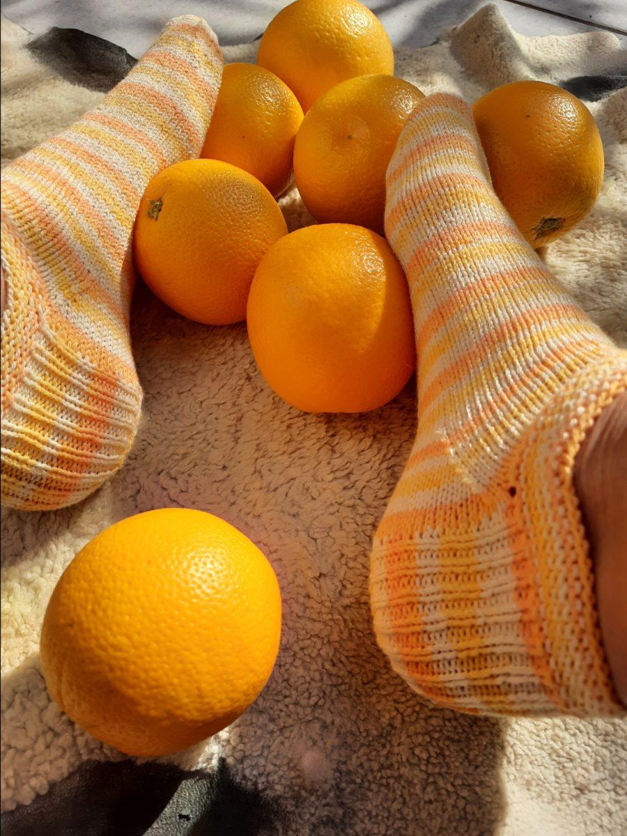 Orangen Sneaker-Socken, die glücklich machen